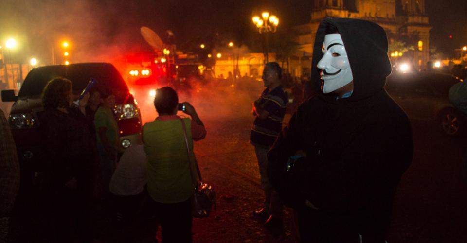 Los asistentes a la celebración por la renuncia de Roxana Baldetti quemaron cohetillos frente al Palacio Nacional de la Cultura.