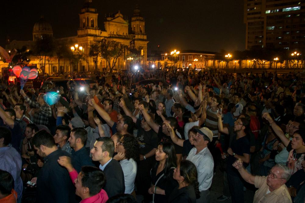 Entre cantos, consignas y quema de coetillos, cientos de guatemaltecos se concentraron en el Parque Central para celebrar la renuncia de la vicepresidenta.