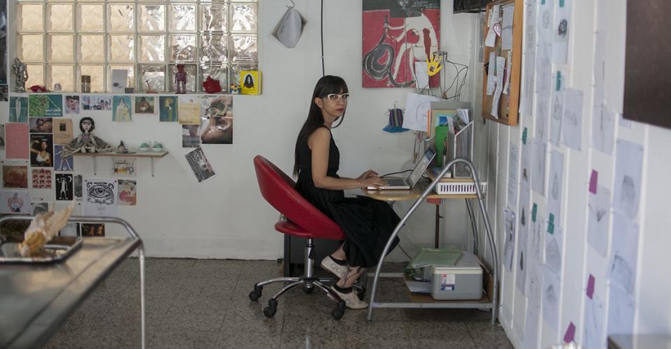 """""""Para el Estado de Guatemala los artistas no existimos, no aportamos y por lo tanto no tenemos ningún derecho. Si durante un tiempo se desaparecieron poetas de manera violenta, ahora se intenta silenciarlos con el abandono y la indiferencia""""."""