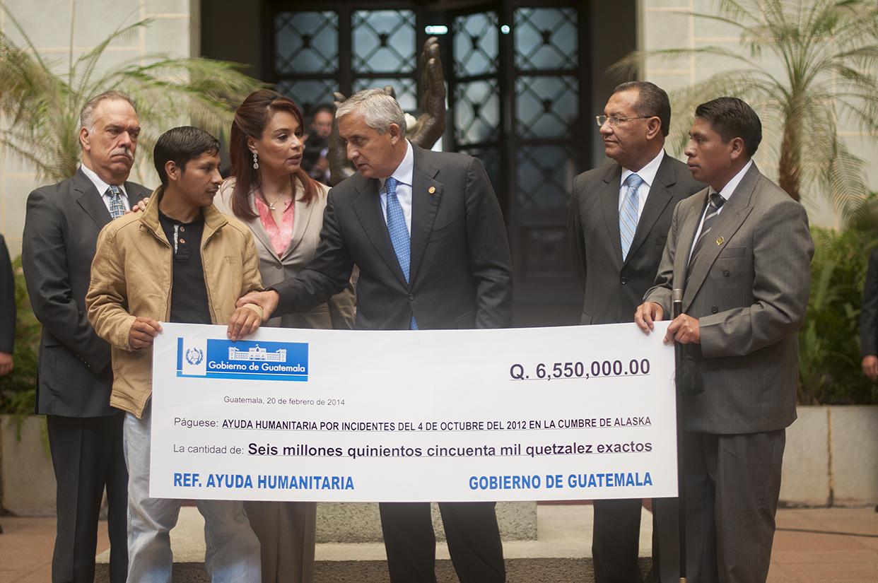 El presidente Otto Pérez Molina entregó un cheque por 6 millones 550 mil quetzales a las familias de los seis hombres muertos y los demás heridos en la cumbre de Alaska.