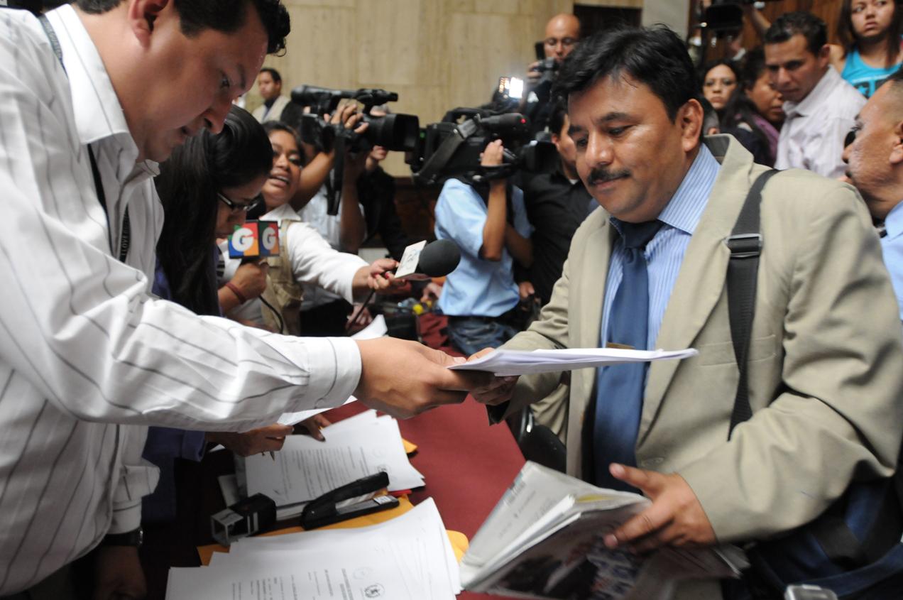Héctor Reyes, abogado de CALDH, cuando le entregan la notificación.