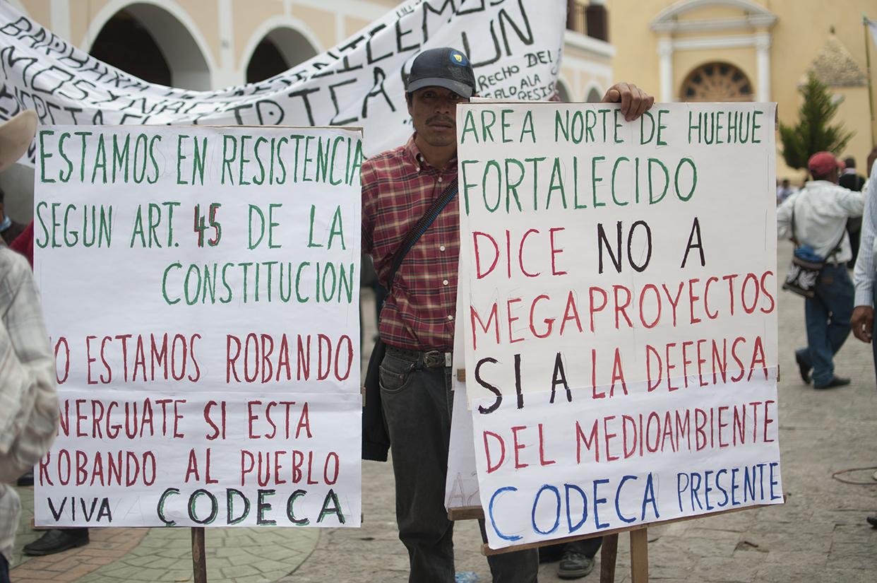 """""""No estamos robando"""", dice una pancarta de los manifestantes que protestaron en el Parque Central de Huehuetenango."""