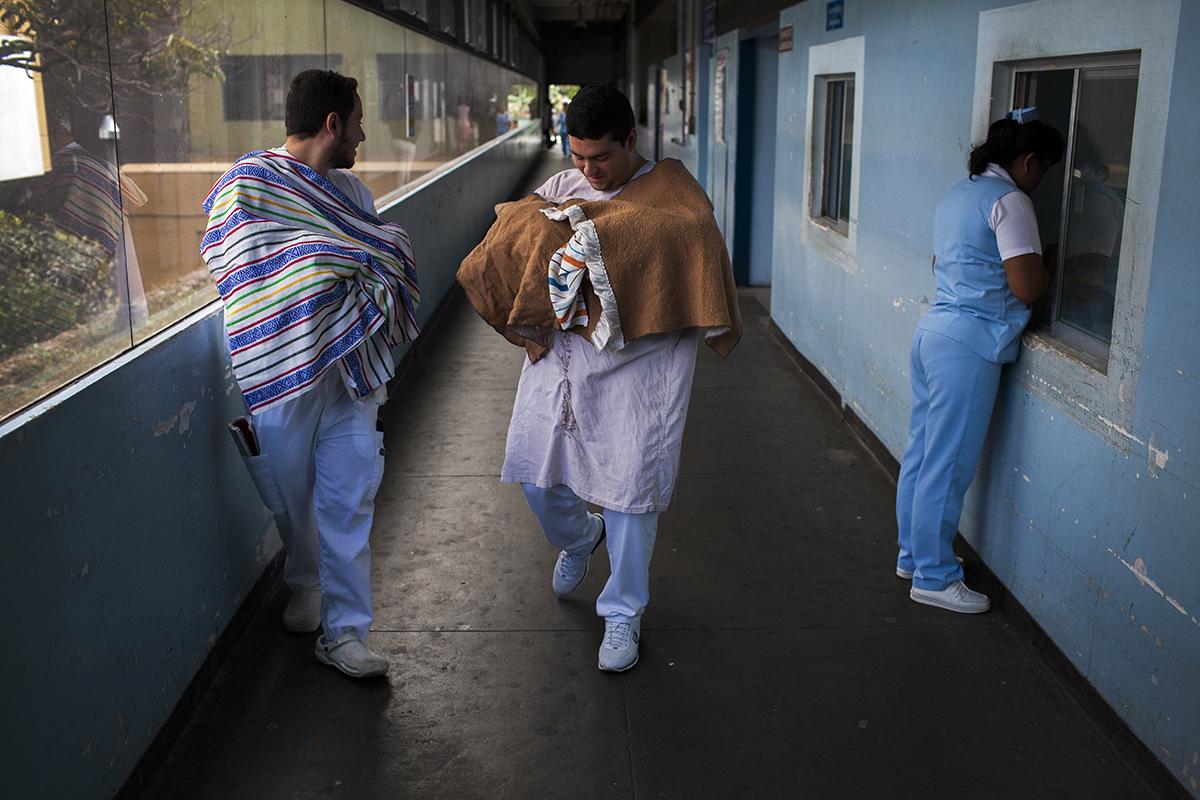 Dos estudiantes de la USAC llevan cuatro bebes recién nacidos al área de pediatría después de haberlos ingresado a rayos x