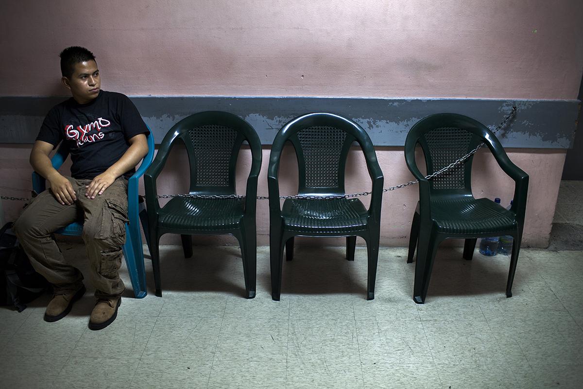 El papá de un recién nacido espera afuera de la sala de parto.