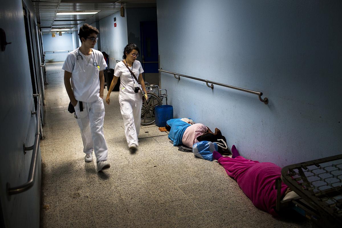 El pasillo que une la división de emergencia de adultos con otros sectores del hospital se vuelve dormitorio por la noche.