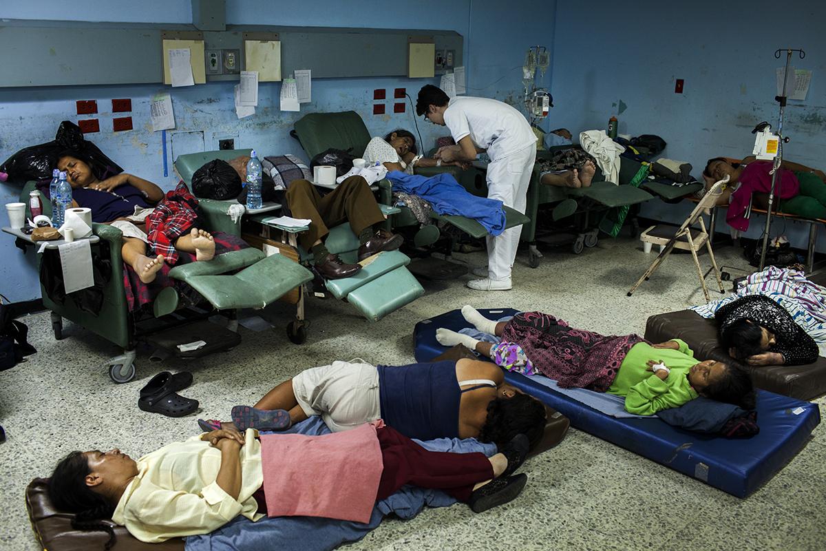 Pedro Pablo Samayoa, 21, practicante de medicina de la USAC, saca gases venosos a una paciente en la noche