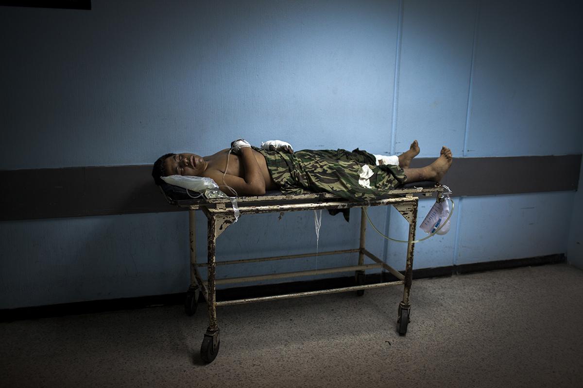 Un paciente yace en su camilla en el pasillo que une traumatología a cirugía de la división de emergencia de adultos