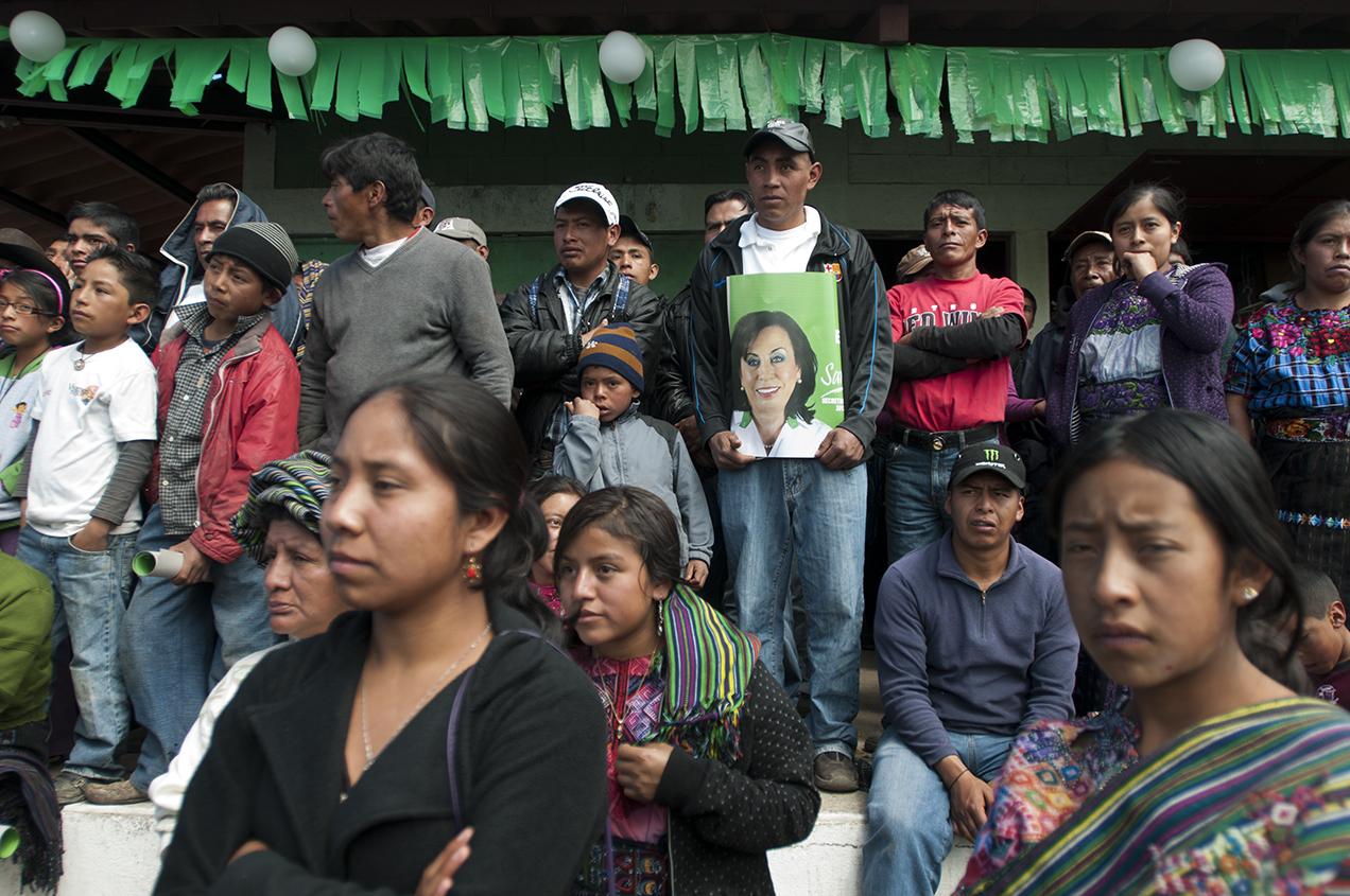 Pobladores de Nueva Santa Catarina Ixtahuacán, Sololá, escuchan a Sandra Torres durante un mitin político el 9 de febrero de 2014.