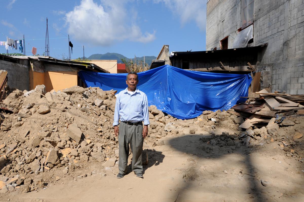 Hermelindo Fuentes Orozco ante los restos de su casa.