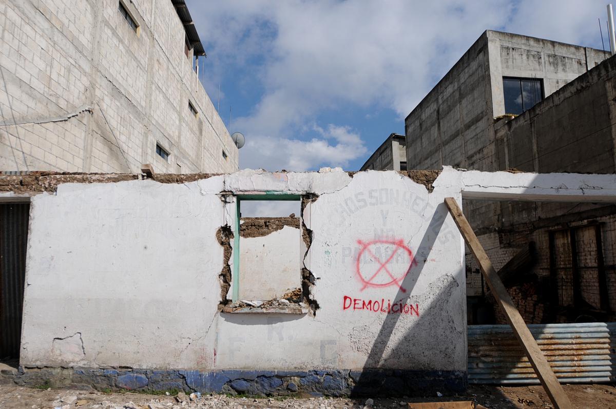 Decenas de casas son demolidas.