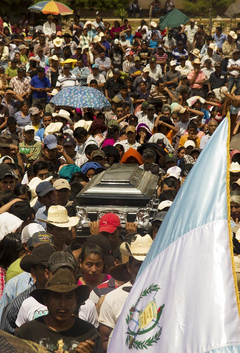Pobladores de Santa María Xalapán acompañan el ataúd de Exaltación Marcos Ucelo, quien falleció en un intento de secuestro.