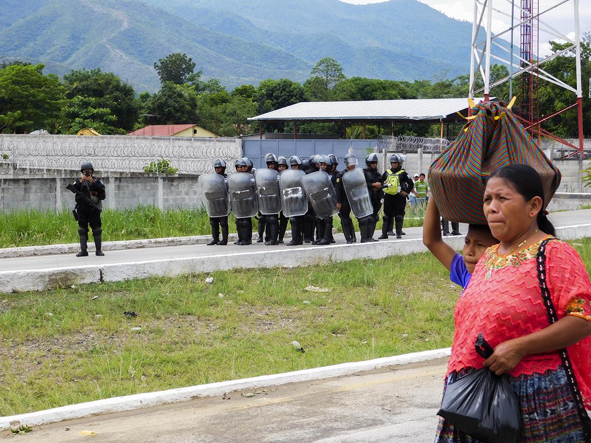 Unos 500 agentes de la PNC participaron en el desalojo de los pescadores.