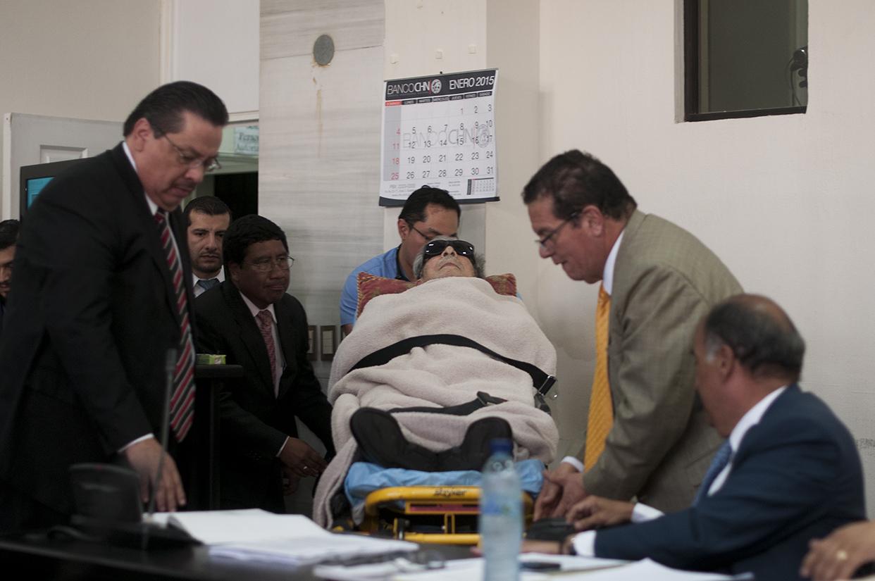 Efraín Ríos Montt llegó en camilla a la sala donde iniciaría el juicio en su contra. [Sandra Sebastián]