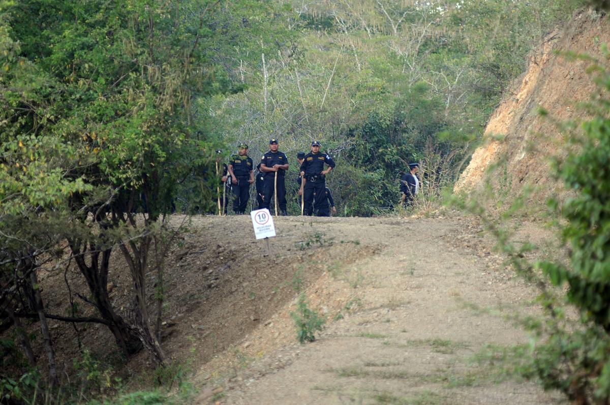 Agentes de la Policía Nacional Civil se ubicaron en el interior de los terrenos de la minera de San José del Golfo.