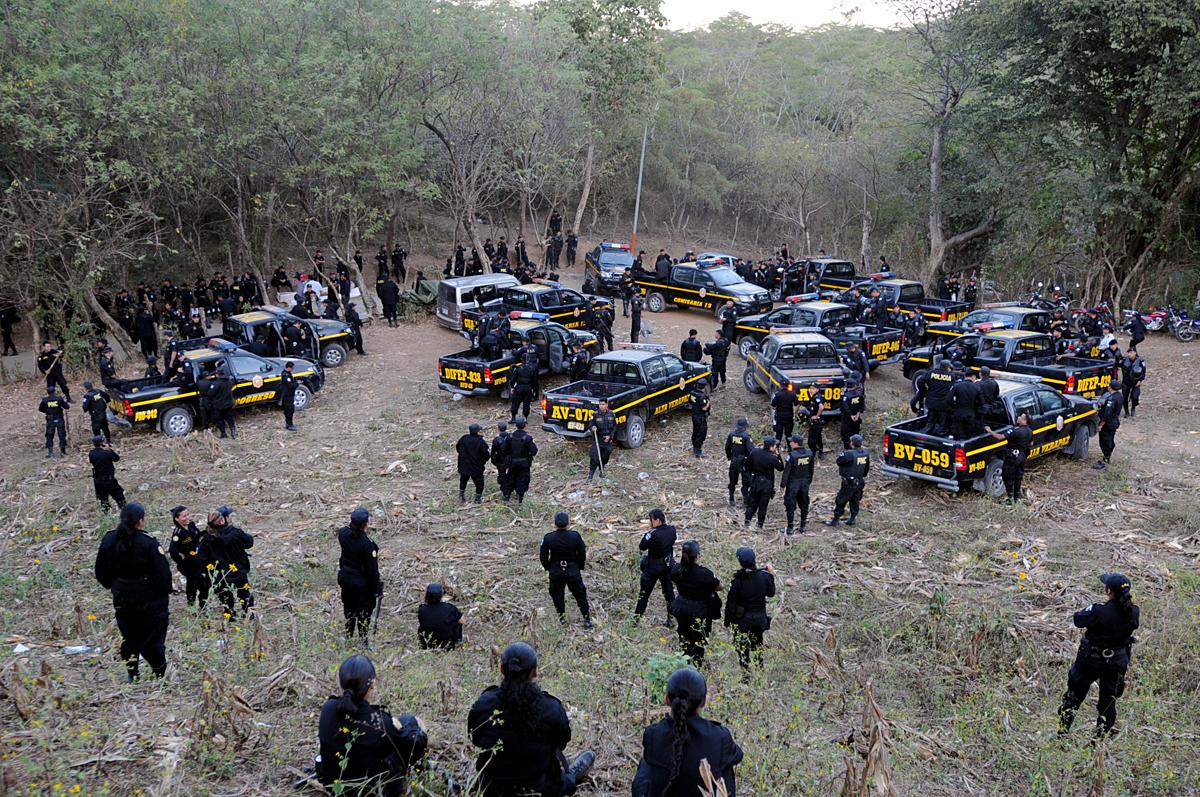 La conflictividad social en torno a un proyecto extractivo no es algo exclusivo de San Rafael Las Flores. No sucede únicamente en este lugar. Hay diversos puntos en choque, a nivel nacional. En La Puya fueron movilizados decenas de agentes policiales.
