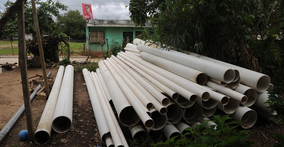 Tubos para drenajes están almacenados en la casa de una de sus colaboradoras.