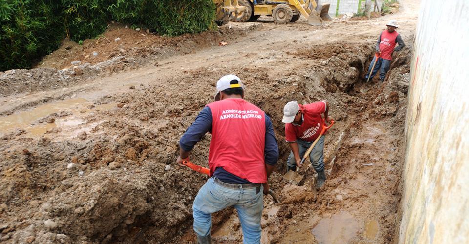 Trabajadores de la municipalidad de Chinautla arreglan parte de la carretera de una aldea.