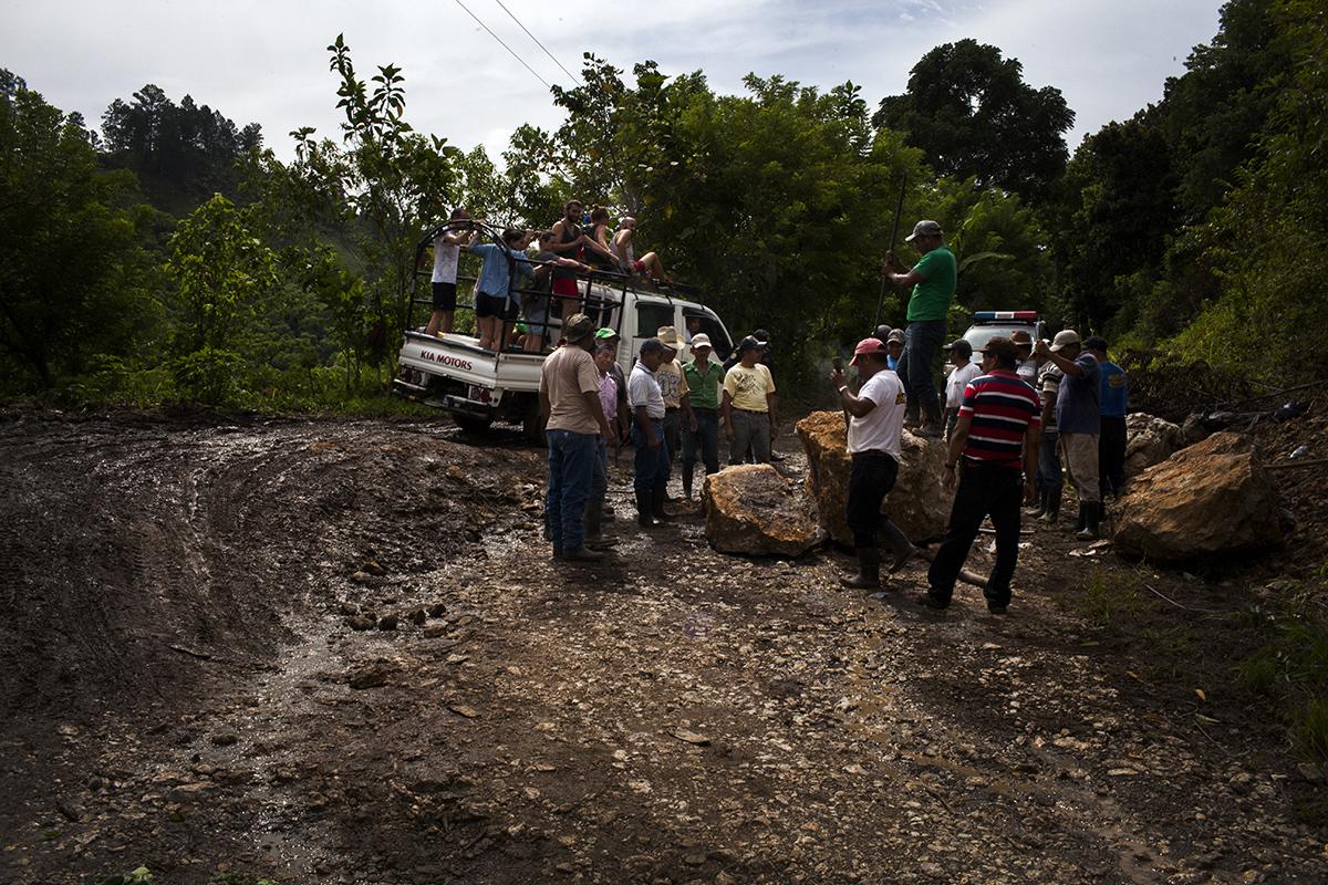 Personal  de  la  municipalidad  de  Lanquín  remueven  unas  rocas  que  los pobladores  pusieron  para  impedir  el  paso  de  las  fuerzas  del  orden  durante  el desalojo.