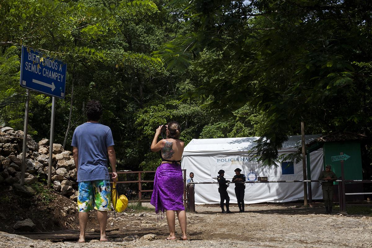 Turistas frente al acceso del parque custodiado por Policía y Ejército, días después del desalojo.