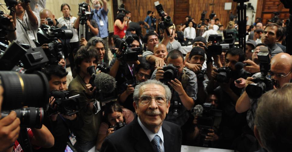 José Efraín Ríos Montt rodeado de periodistas antes de conocerse la sentencia.