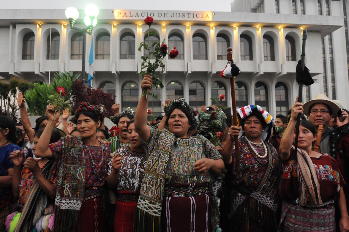 El 10 de mayo de 2013, el tribunal declaró culpable a Ríos Montt y lo condenó a 50 años de cárcel por genocidio y a otros 30 por crímenes de lesa humanidad. Mujeres ixiles celebraban el fallo fuera de la Corte Suprema de Justicia.