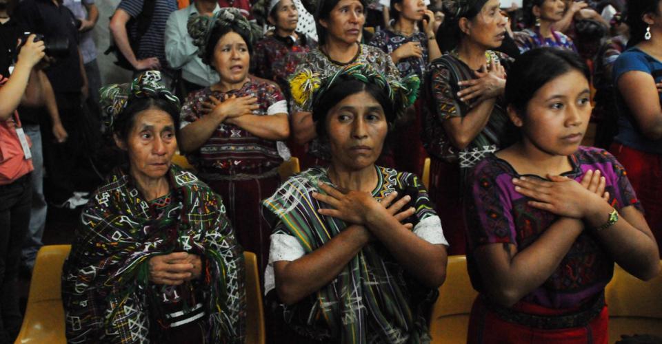 Mujeres ixiles se levantaron y agradecieron el fallo al Tribunal.