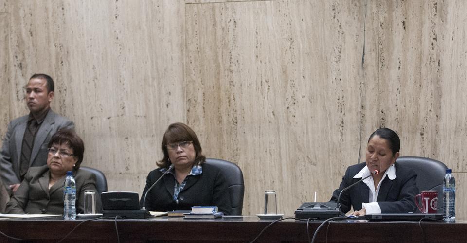 La jueza Sara Yoc, acompañada por la presidenta Jeannette Valdés (centro) y la otra vocal María Castellanos, leyó los argumentos que sustentaban la sentencia a García Arredondo.