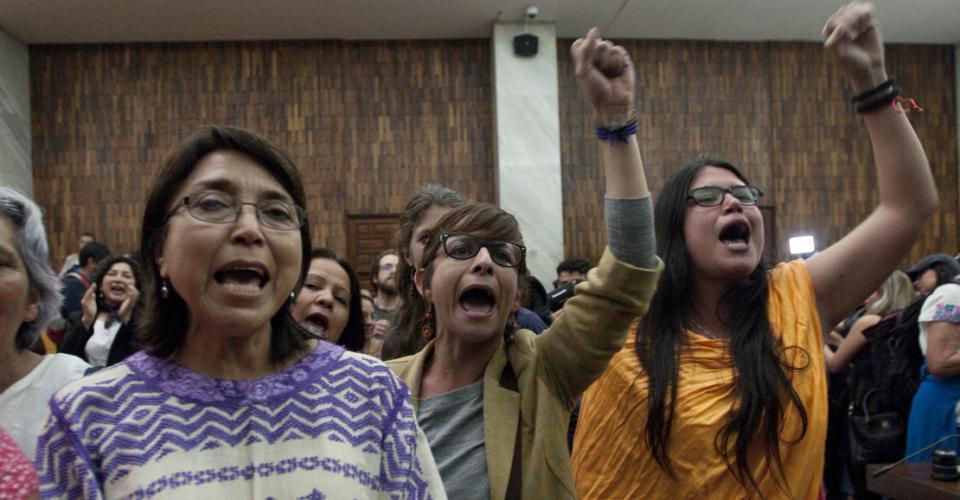 """""""Nuestro corazón es Sepur Zarco"""", respondía el público como solidaridad a las ancianas que eran resarcidas por la justicia."""