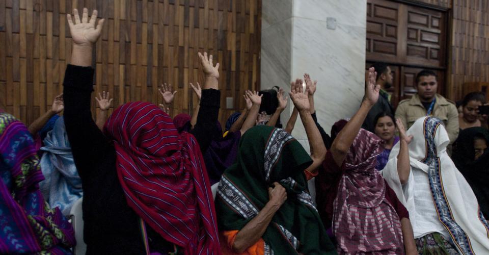 Las mujeres de Sepur Zarco alzaron sus brazos luego de que el Tribunal dictara sentencia. Para las abuelas de Sepur Zarco, el juicio ha sido una oportunidad de relatar lo que les ocurrió, porque antes —ni durante la firma de la paz en 1996, ni durante la elaboración de los informes de la verdad—, nadie les había preguntado sobre sus sufrimientos.