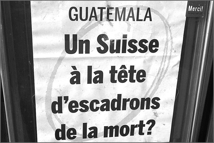 """""""Un suizo a la cabeza de escuadrones de la muerte"""", se leía a la entrada del tribunal suizo."""