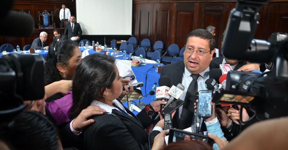 Dorval Carías, ministro de Finanzas Públicas da declaraciones a los periodistas.