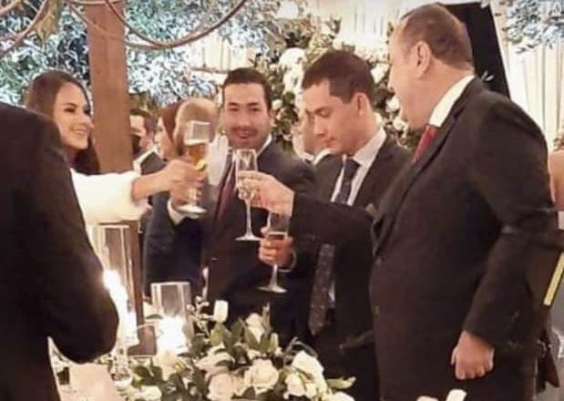 El presidente de la República, Alejandro Giammattei, y el exdirector del Centro de Gobierno, Luis Miguel Martínez, captados durante la celebración de la boda del diputado Carlos Napoleón Rojas Alarcón, el 04 de febrero. Redes sociales