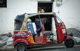 Aprovechando cada rincón del tuk tuk para cargarlo al atardecer, en San Juan Comalapa, Chimaltenango.