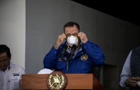 El presidente Alejandro Giammattei se coloca una mascarilla en el Parque de la Industria el día que anuncia que ya son 17 los contagiados por COVID en Guatemala