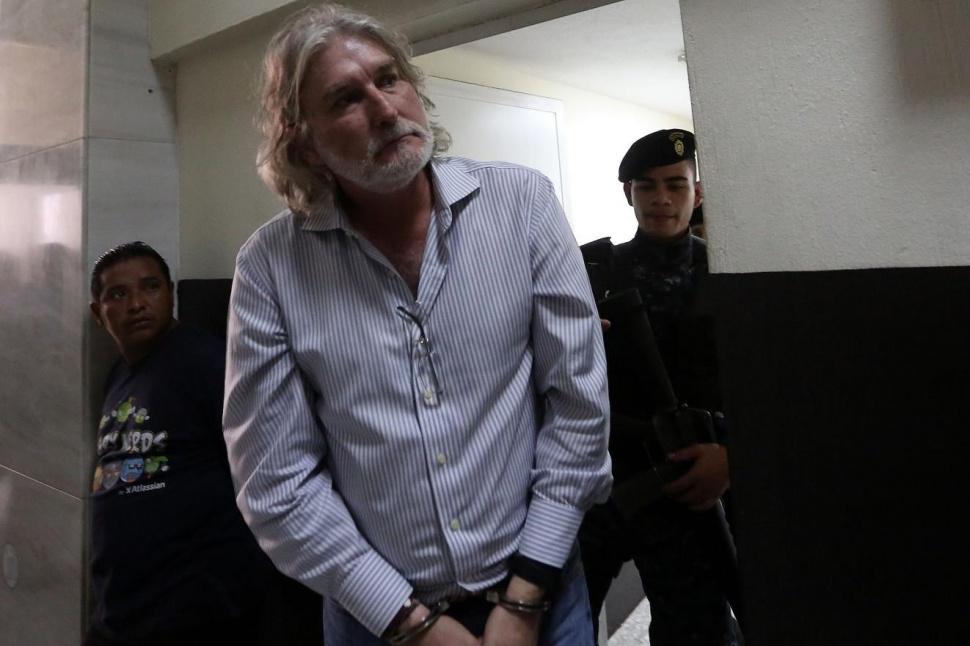 El español Juan José Suárez, al momento de ser llevado a tribunales.