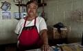 María Delia Suarez, 70, dirige su comedor a la orilla de la carretera desde hace 42 años