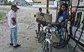 María, 17, madruga cada día de la semana para atender una gasolinera de la carretera nacional a Flores. Hace ya varios años que dejó de estudiar