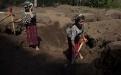 Descalzas, Feliciana y Catarina empiezan el día de trabajo, escavando fosas, en búsqueda de los restos de sus familiares.