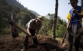 Diego Cobo, 78 años, a pesar de la edad, sigue escavando en búsqueda de los restos de su mamá, Elena, y de su hermano Pedro Marcos, ambos fallecidos por desnutrición.