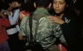 Joven bailando con soldado en la fiesta de la independencia en Nebaj, Quiché.