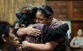 Rigoberta Menchú saluda a una asistente ixil.