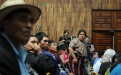 Los asistentes ixiles recibieron auriculares para escuchar el juicio en su idioma.