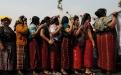 Mujeres ixiles ante el monumento de la paz.