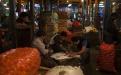 Vendedores y cargadores juegan cartas en un momento de descanso