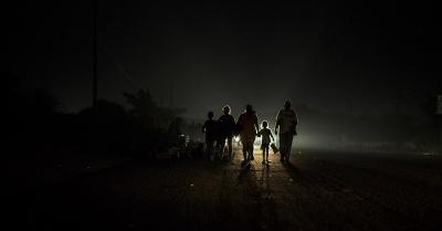 Una familia de migrantes se pone en marcha antes del amanecer. Arriaga, Estado de Chiapas, México. 27/10/2018