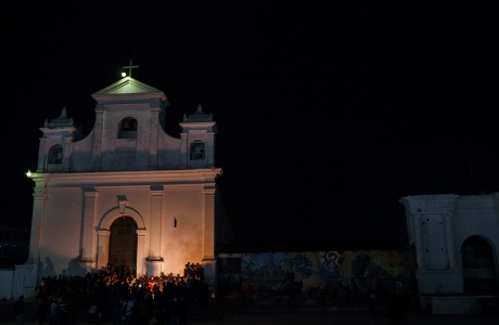 Ceremonia maya celebrada en la noche antes de la primera audiencia enfrente de la iglesia católica del parque central