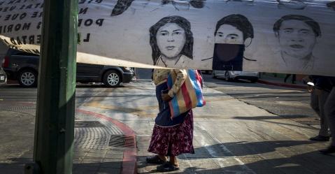 Una anciana pasea por la 10 calle y 8 avenida de la zona 1 capitalina, esquina momentáneamente cerrada al tráfico por las manifestaciones frente al Congreso en rechazo a la iniciativa de ley 5377