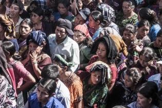 Largas filas, mucho caos y mucho calor en las votaciones en la aldea Txosunil, en el municipio de Santa Eulalia, Huehuetenango.