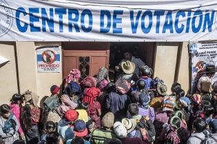 La población se acumuló en la puerta del centro de votación de Txosunil sin entender el porqué de la lentitud de las votaciones.