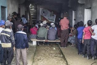 Simpatizantes del Comité Cívico Jolom Konob¨en la aldea Txosunil descansan en su sede durante las votaciones.